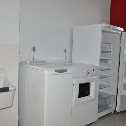 Cellier / buanderie : Lave-linge, sèche-linge, deuxième réfrigérateur LIEBHER